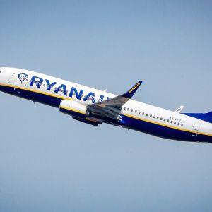 EI-FIZ Ryanair Boeing 737-8AS nousussa.