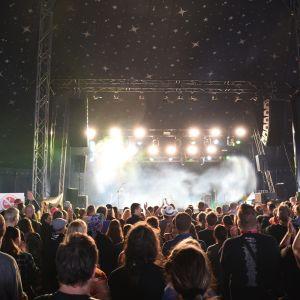 Ihmisiä esiintymislavan edessä illalla Oulun Qstockissa.
