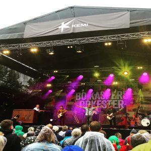 Bo Kasper Orkester Satama Open Airin lavalla.