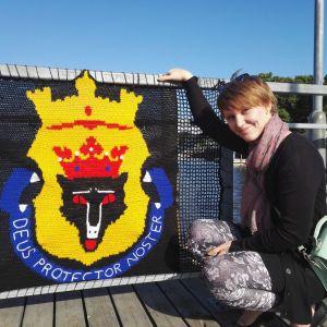 Sara Kauno virkkuutyön vieressä sillalla