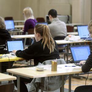 Kokelaat valmistautuivat tekemään sähköisen ylioppilaskirjoituksen kevään 2017 kokeissa.