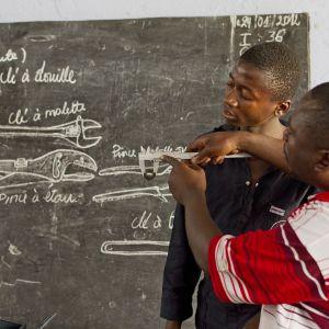 Kirkon Ulkomaanavun tukemaa mekaanikkokoulutusta Kongossa.