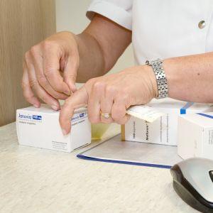 Apteekkari Kirsi Pietilä esittelee Kontulan apteekissa kakkostyypin diabeteksen lääkkeitä, joiden Kela-korvaus on laskenut