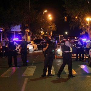 poliiseja ja autoja yössä.