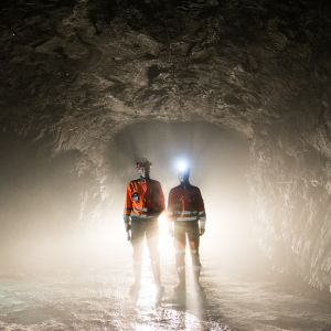 Kaksi miestä kaivostunnelissa.