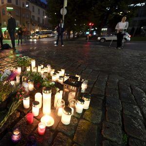 Muistokynttilöitä Turun puukotusten uhrien muistoksi Turun Kauppatorilla perjantai-iltana 18. elokuuta.