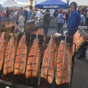 Norjalaisia lohifileitä kypsymässä loimulaudoilla Mikkelin kalamarkkinoilla.