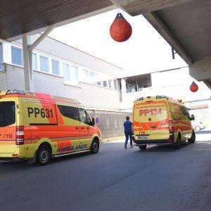 Kaksi ambulanssia Oulun yliopistollisen sairaalan päivystyksen edessä.