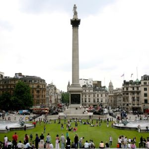 Nelsonin patsas kohoaa kuvan keskellä. Aukion ympärillä on kerrostaloja ja aukiolla ihmisiä.
