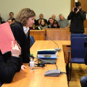 Useista murhista syytetty Niels Högel (vas.) kuvattuna oikeussalissa Oldenburgissa asianajajansa Ulrike Baumannin vieressä 22. tammikuuta 2015.