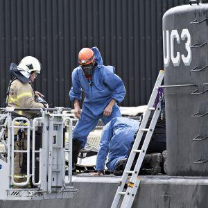 Poliisin teknikot tutkivat alusta Kööpenhaminan satamassa, Tanskassa 13. elokuuta.