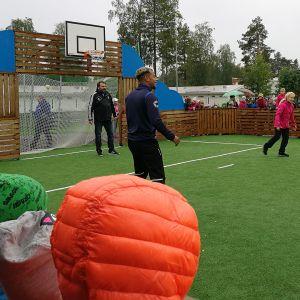 Simon monitoimikentän avajaisissa pelattiin myös Simon koulun oppilaiden ja PS Kemin edustusjoukkueen välinen virallinen vihkiäisottelu.