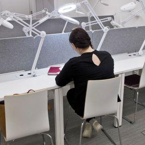 Opiskelija Anna lukemassa.