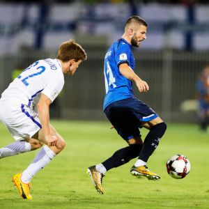 Albin Granlund piti Valon Berishan kurissa Kosovo-ottelussa.
