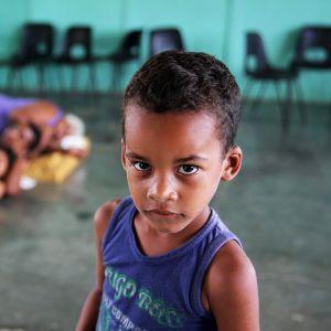 Pikkupoika perheineen evakuointisuojassa Turiguanossa, Kuubassa.