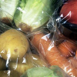 Perunaa, porkkanaa ja muita vihanneksia paketoituna.
