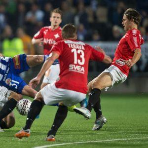 HJK:n Akseli Pelvas sekä HIFK:n Tuukka Andberg ja Esa Terävä tavoittelevat palloa.