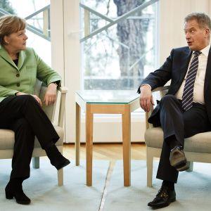 Saksan liittokansleri Angela Merkel kuvattuna valtiovierailunsa aikana Mäntyniemessä yhdessä Tasavallan presidentti Sauli Niinistön kanssa 30. maaliskuuta 2015.