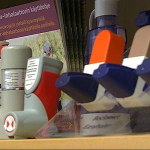 Astmalääkkeitä hyllyssä