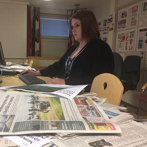 Sanomalehti muotoutuu ulkoasutoimittaja Jessica Ristimäen käsissä.