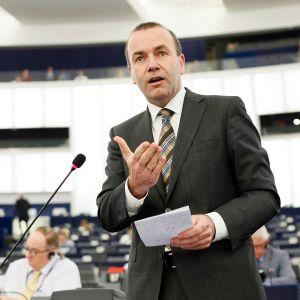 Manfred Weber puhumassa Euroopan parlamentissa, Strasbourgissa kesäkuussa 2016.