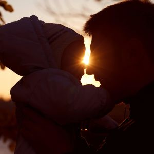 mies ja vauva silhuettina