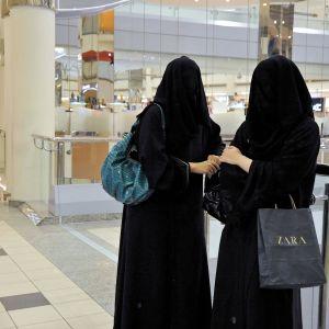 naiset ostoksilla ostoskeskuksessa riadissa.