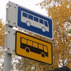 Bussipysäkin kyltti.