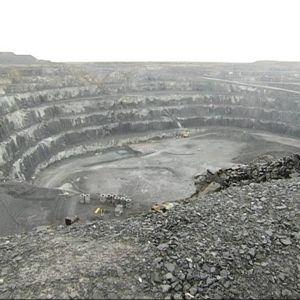 Kevitsan kaivoksen avolouhos on nyt noin 160 metriä syvä. Louhinnan myötä syvyys on lopulta 500 metriä. Sodankylä 2.10.2017