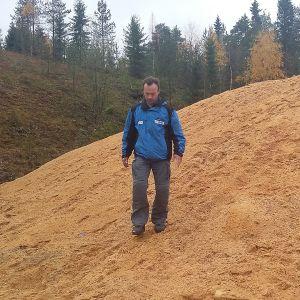 Tuomo Pesonen kävelee sahanpuruvuorella