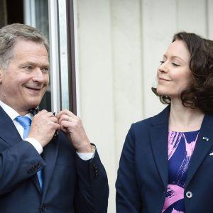 Presidentti Sauli Niinistö ja rouva Jenni Haukio Viron presidentti Toomas Henrik Ilveksen kotitilalla Ärmassa.