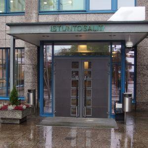 Jyväskylän oikeustalon istuntosalien sisäänkäynti.