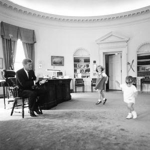 Caroline ja John f. Kennedy Jr. tanssivat isänsä työhuoneessa Valkoisessa talossa