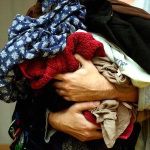 tekstiilijätettä sylissä