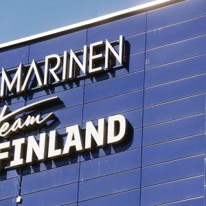 Ilmarisen kyltti rakennuksessa Helsingissä.