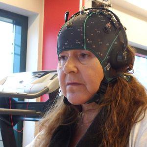 Raija Asikainen aivokuntoutuksessa.