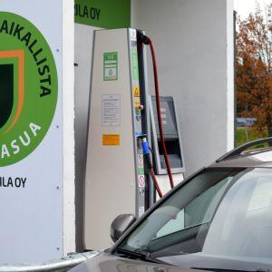 Henkilöauto Mikkelin Graanin kaasutankkauspisteellä.