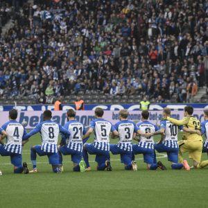 Hertha Berlinin pelaajat polvistuivat ennen Schalke-ottelua.