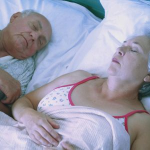Vanhempi pariskunta nukkuu.