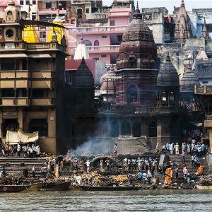 Ganges-joki Varanasin kaupungin kohdalla.