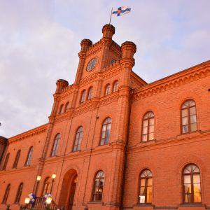 Vaasan hovioikeuden punatiilinen rakennus on monelle tuttu ulkopuolelta.