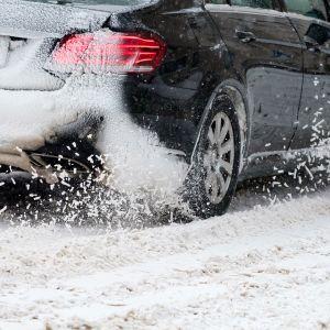 Auto luistelee talvikelillä