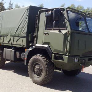 Puolustusvoimien SISU-ajoneuvo.
