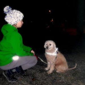 Lapsi ja koira pimeässä.
