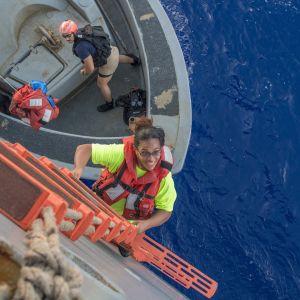 Fuiava nousee purjealuksestaan pelastusalukseen.