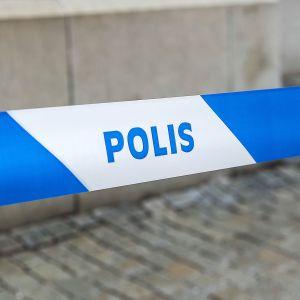 Ruotsin poliisin sulkunauha pingotettuna kadulla.
