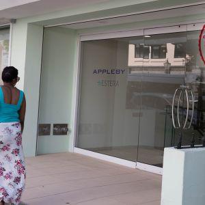 Nainen kävelee kadulla Appleby-toimiston ohitse.