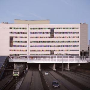 Tyksin T3-sairaala nousee Helsingintien ja junaradan ylle.