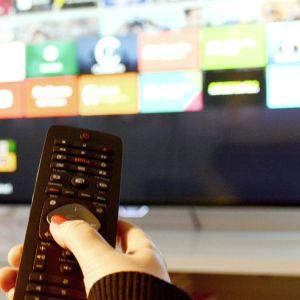 KAukosäädin ja televisio.