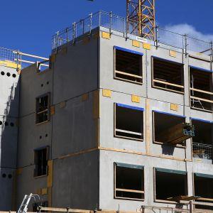 Kerrostalo rakenteilla rakennustyömaalla.